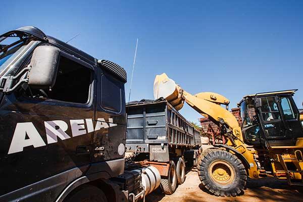 Caminhões e máquinas modernas